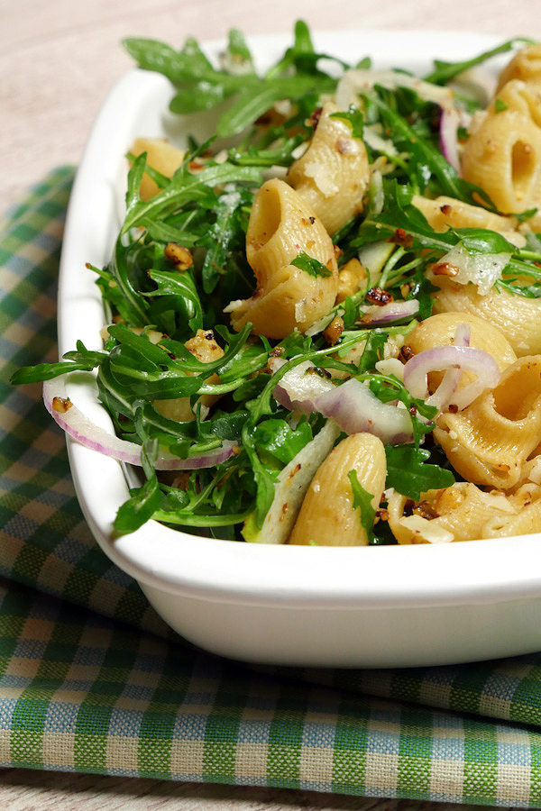 Herbstlicher Nudelsalat mit Walnüssen, Rucola und Birne - eine tolle Abwechslung zum klassischen Nudelsalat