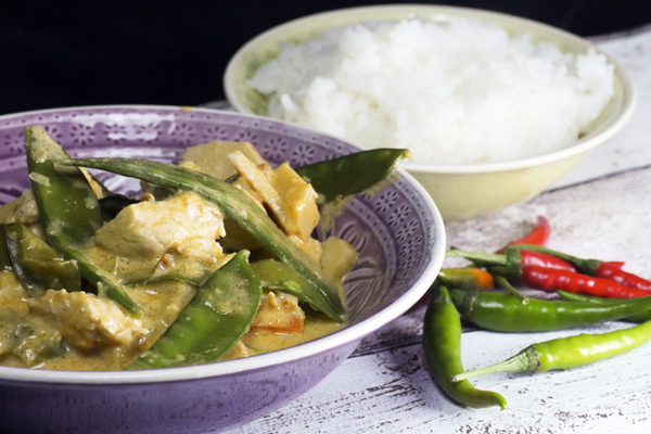Thai-Curry mit Erdnussbutter, Hähnchen und Zuckerschoten