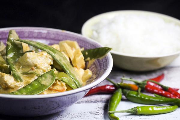 Rotes Thaicurry mit Erdnussbutter, Zuckerschoten und Hähnchen Rezept