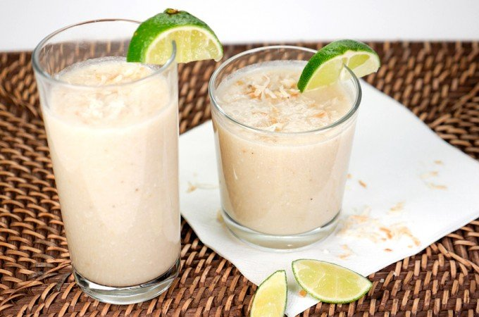 Kokos-Smoothie mit Bananen, Limetten und Kokosflocken