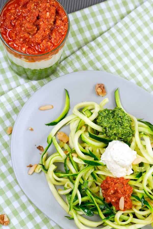 Low Carb Zucchininudeln mit Pesto Tricolore