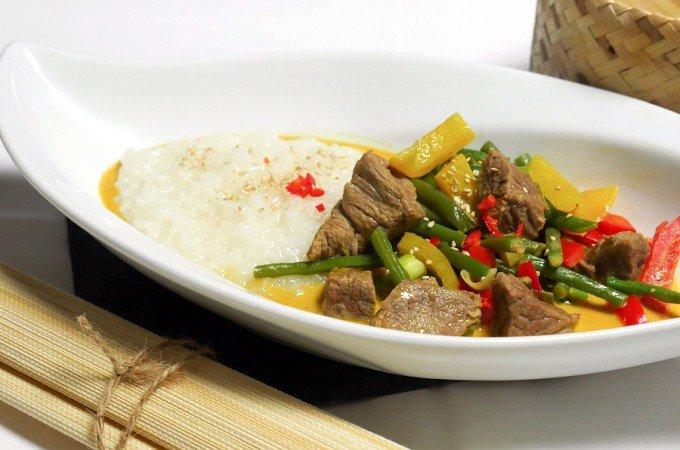 Rindfleisch-Curry mit Kokosmilch und roter Currypaste