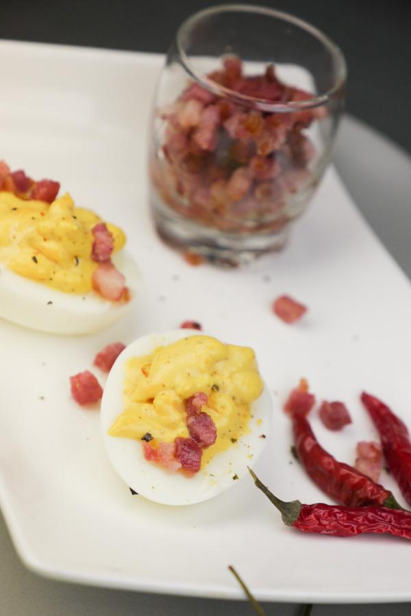 Rezept für gefüllte Eier mit Chili und Speck