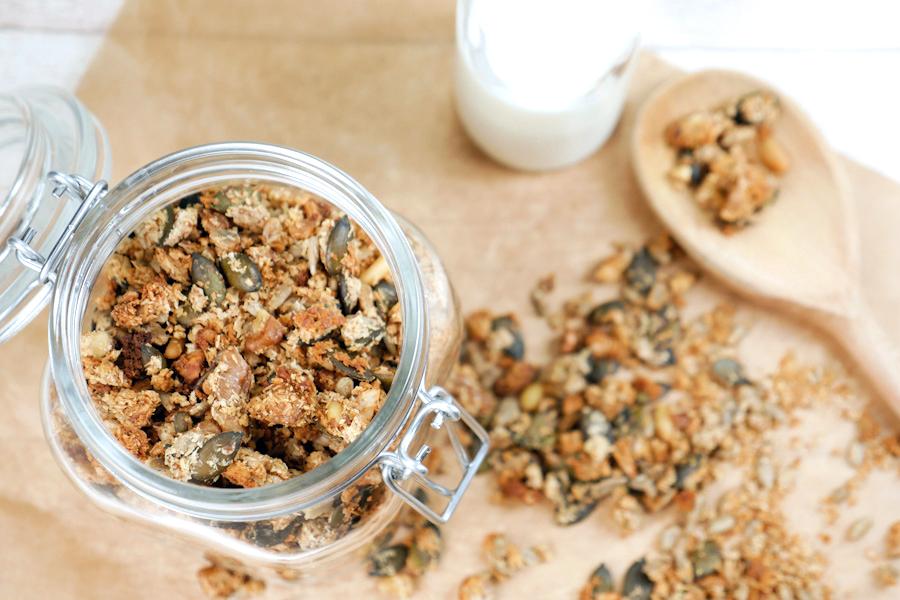 Gesundes Low Carb Knuspermüsli mit Kokosrapeln, Mandeln und Sonnenblumenkernen