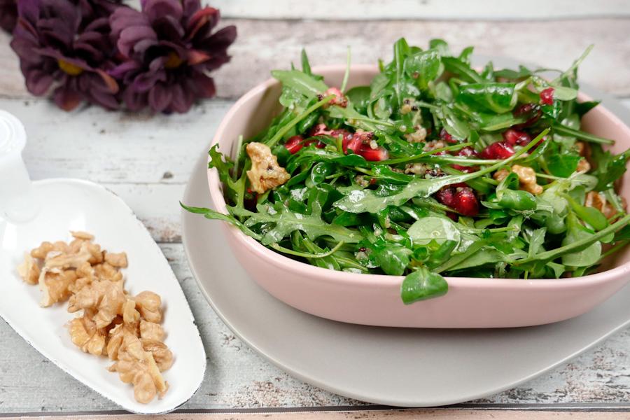 Rucolasalat mit Granatapfel und Erdnüssen