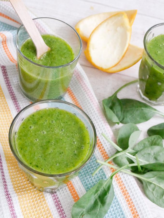 Grüner Smoothie mit Mango, Orange und Spinat
