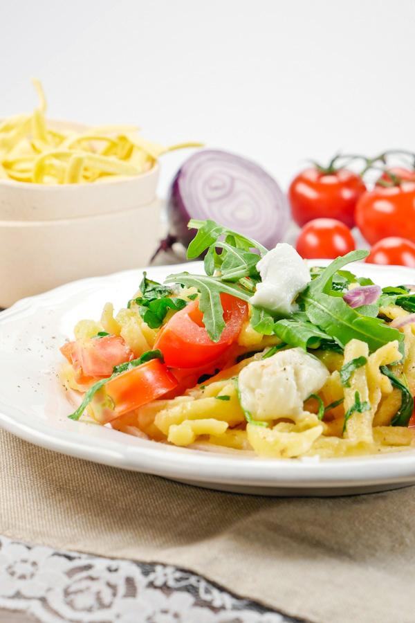 Rezept für Mediterrane Spätzle mit Rucola und Tomaten