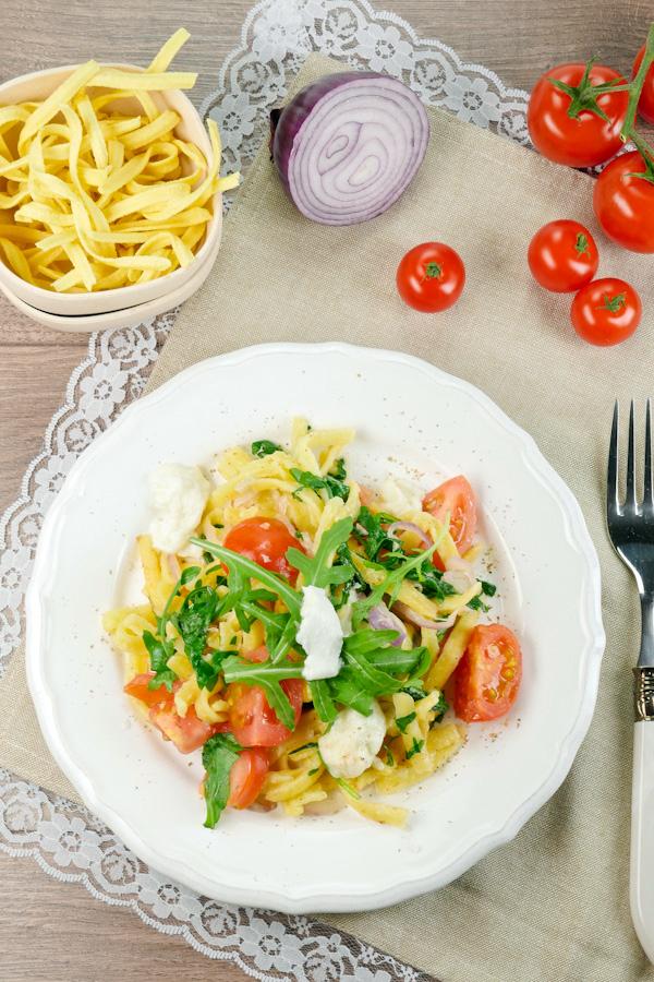 Mediterrane Spätzle mit Rucola, Tomaten, Zwiebeln und Mozzarella