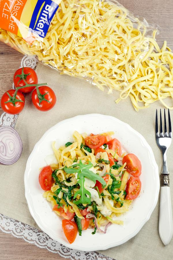 Rezept für Mediterrane Spätzle mit Rucola, Mozzarella und Tomaten
