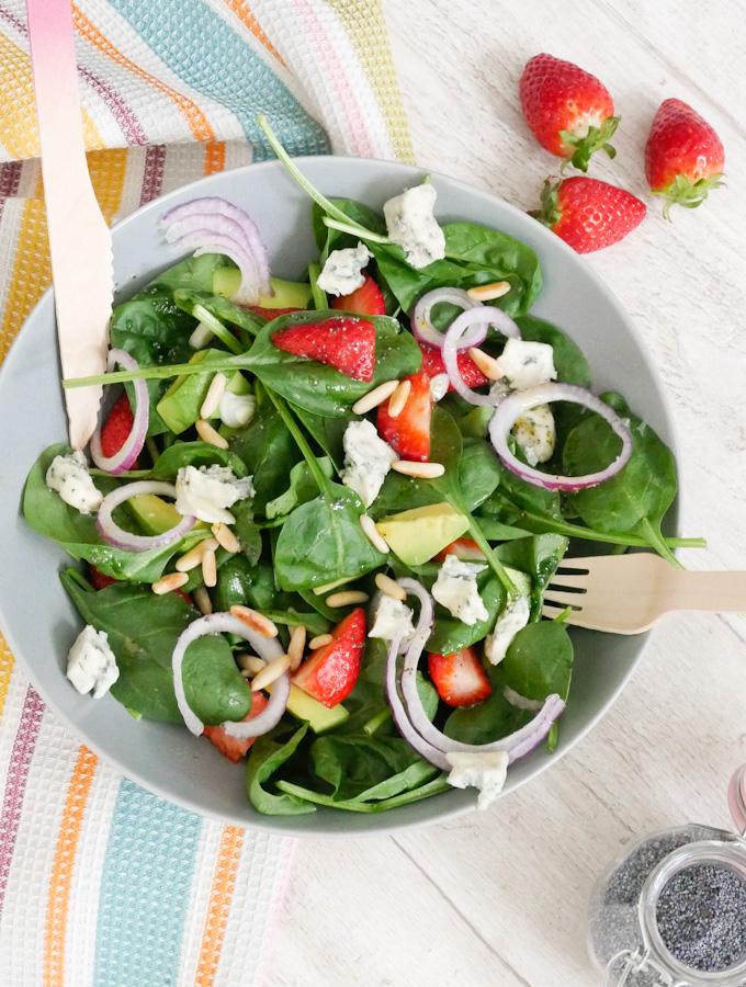 Spinatsalat mit Erdbeeren, Pinienkernen und Avocado