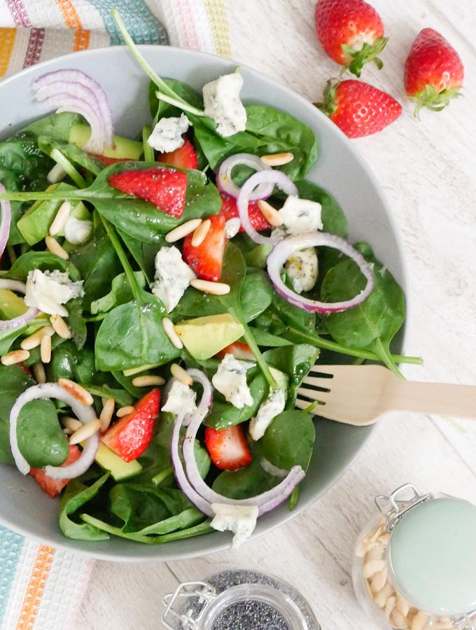 Fit in den Frühling mit einem köstlichen Erdbeer-Salat mit Gorgonzola, Babyspinat, Avocado und Honig-Senf-Dressing
