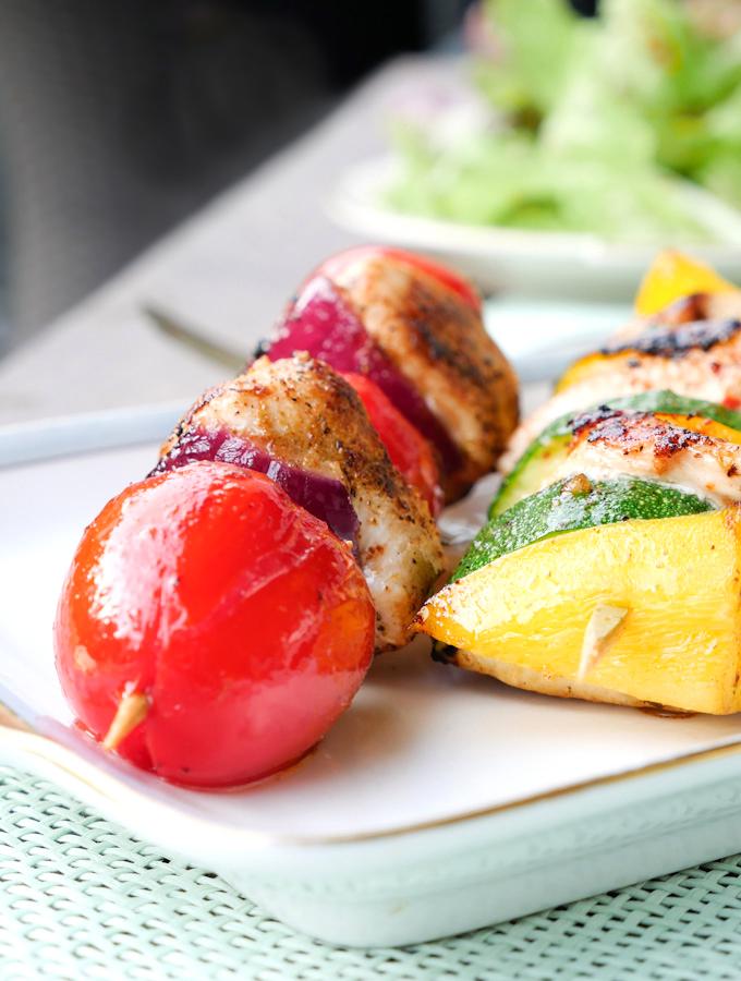 Bunte Spieße mit Hähnchen und Gemüse für den Grill