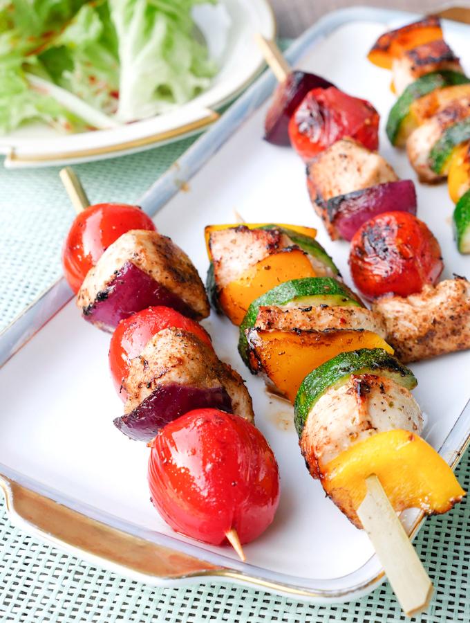 Gesunde Grillspieße mit Hähnchen, Zwiebeln, Tomaten, Paprika und Zucchini