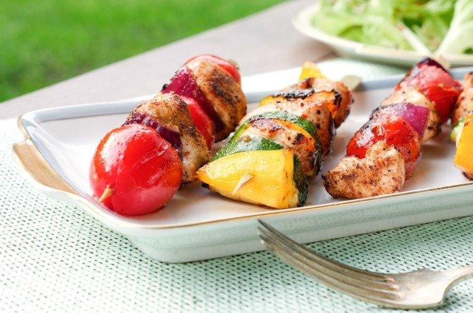 Grillspiesse mit Hähnchen und buntem Gemüse