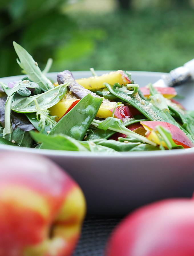 Salat mit Babyspinat mit Nektarinen und Zuckerschoten