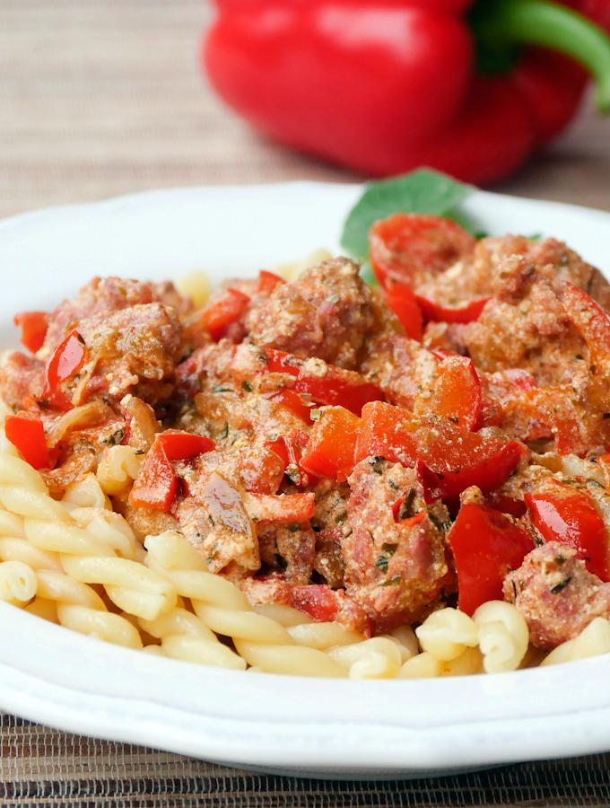 Leckere Pasta mit Salsiccia, Paprika und Ricotta