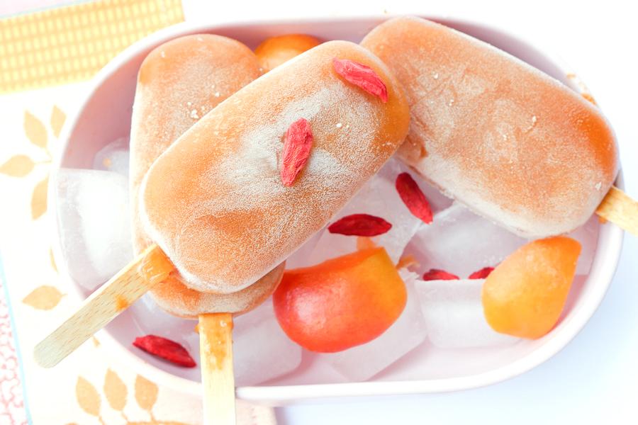 Aprikosen-Eistee am Stiel mit Gojibeeren