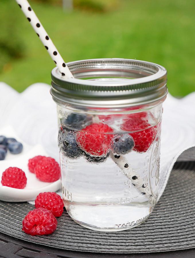 Fruchtiges Wasser mit Himbeeren und Heidelbeeren