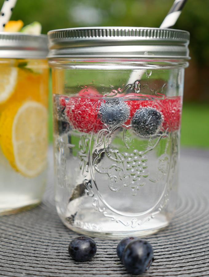 Mineralwasser mit Heidelbeeren und Himbeeren