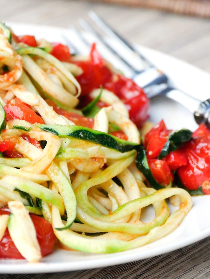 low carb zucchini nudeln mit tomaten und paprika gaumenfreundin food family blog. Black Bedroom Furniture Sets. Home Design Ideas