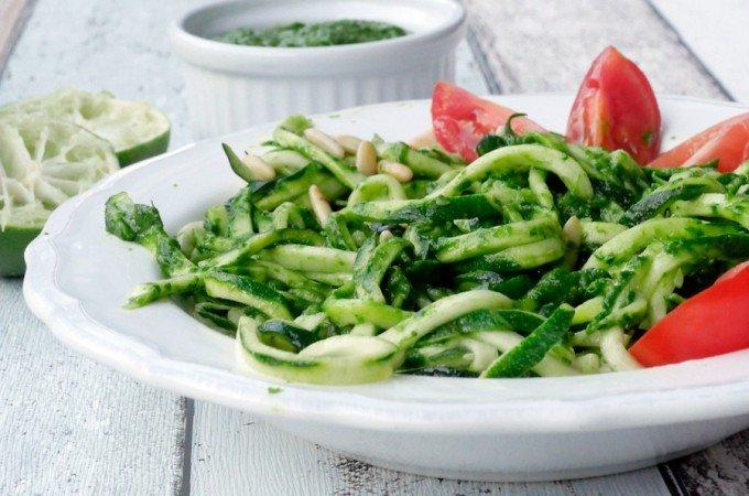 Low Carb Zucchininudeln mit Avocado-Pesto