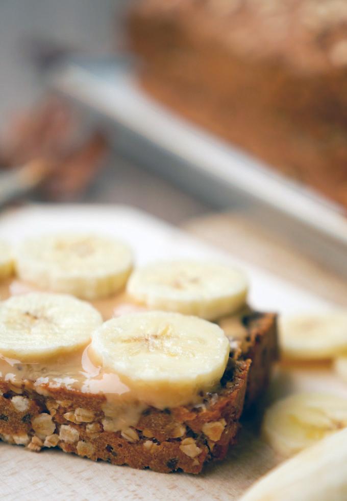 Gesundes Dinkel-Vollkornbrot mit Erdnussbutter und Bananen