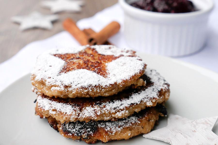 Gesunde Pancakes mit Hüttenkäse und roter Grütze