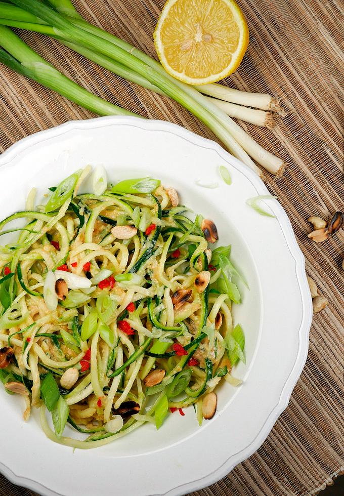 Rezept für asiatische Zucchininudeln mit Erdnussmus, Frühlingszwiebeln und Chili