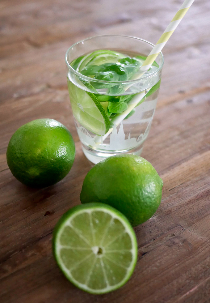 Stilles Wasser mit Limette und Basilikum