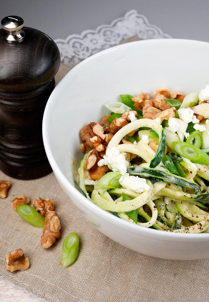 Köstliche Low Carb Zucchininudeln mit Walnüssen und Feta