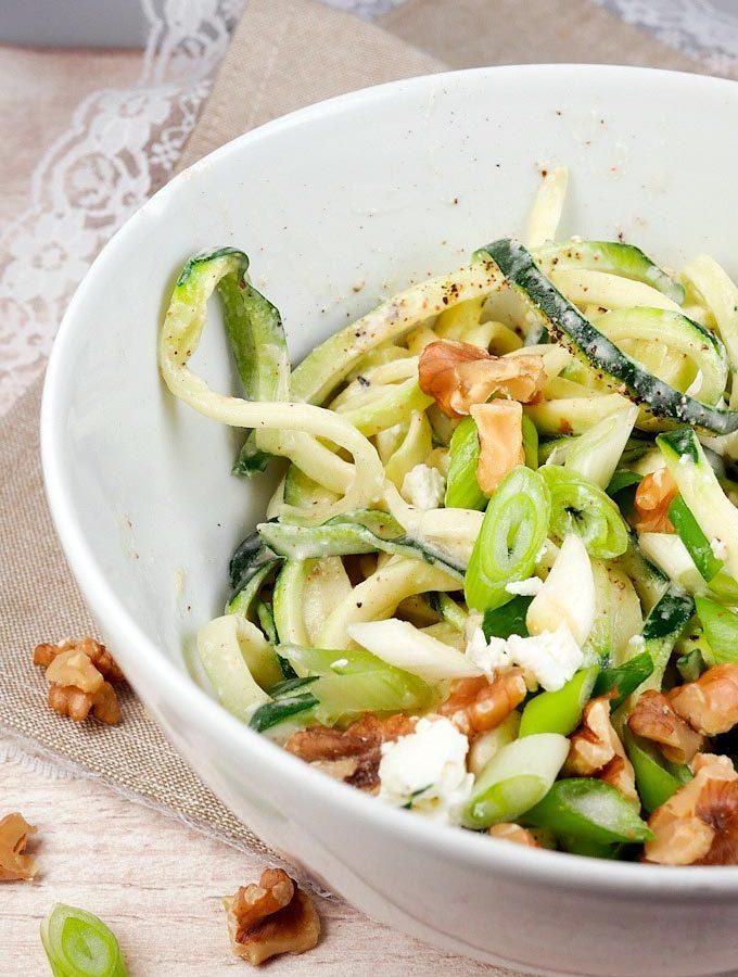 Low Carb Zucchini-Spaghetti mit Fetasahne und Walnüssen
