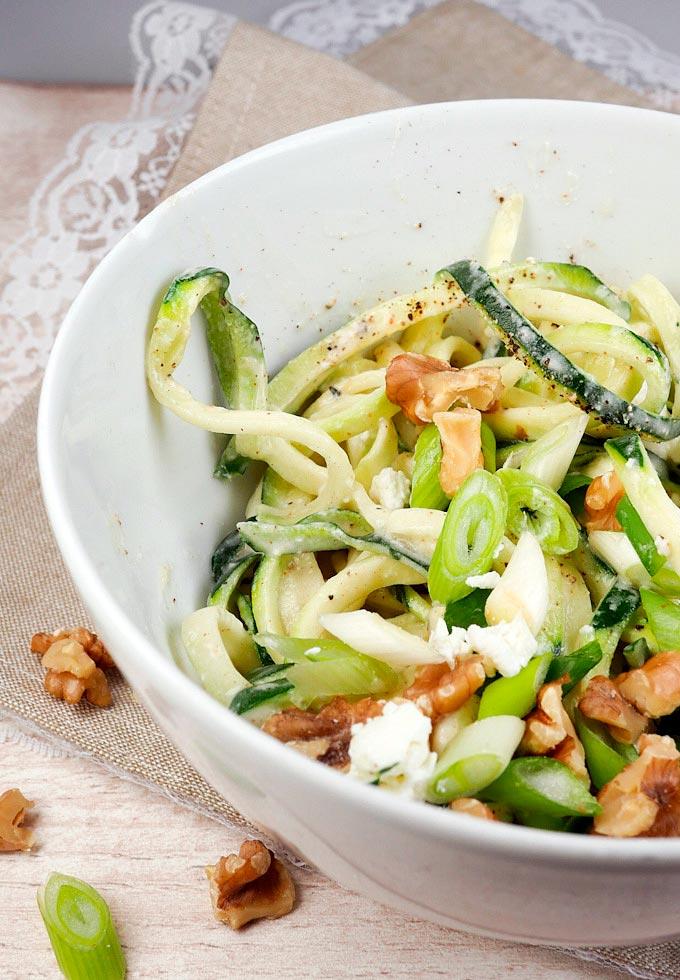 Low Carb Zucchininudeln mit Fetakäse, Sahne und Walnüssen - Gaumenfreundin Foodblog #zoodles #zucchininudeln #lowcarb #healthy #food #rezepte