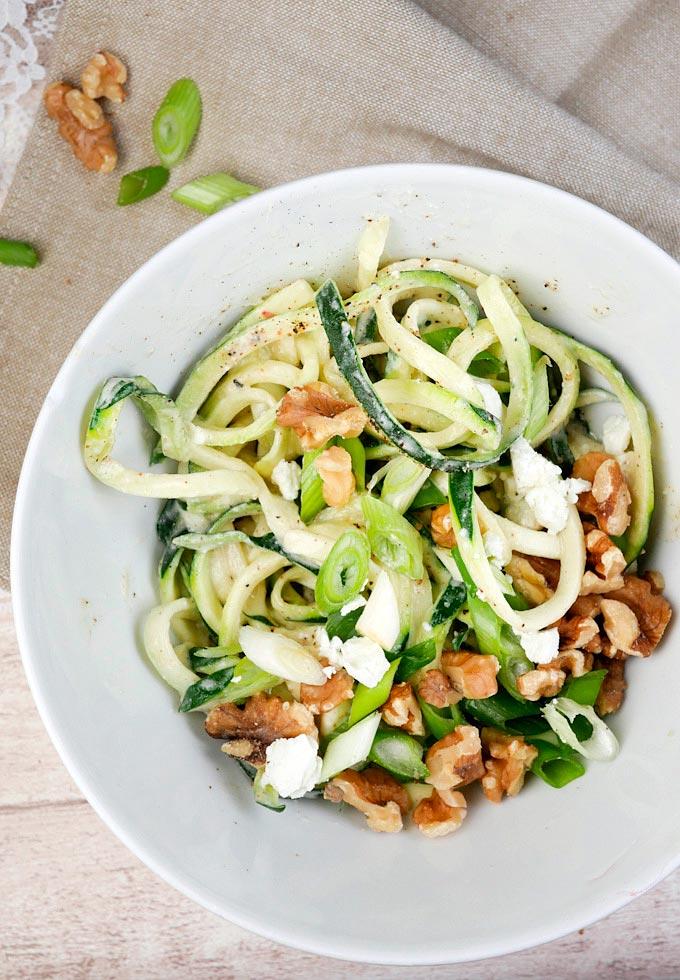 Rezept für Low Carb Zucchini-Spaghetti mit Fetasahne und Walnüssen