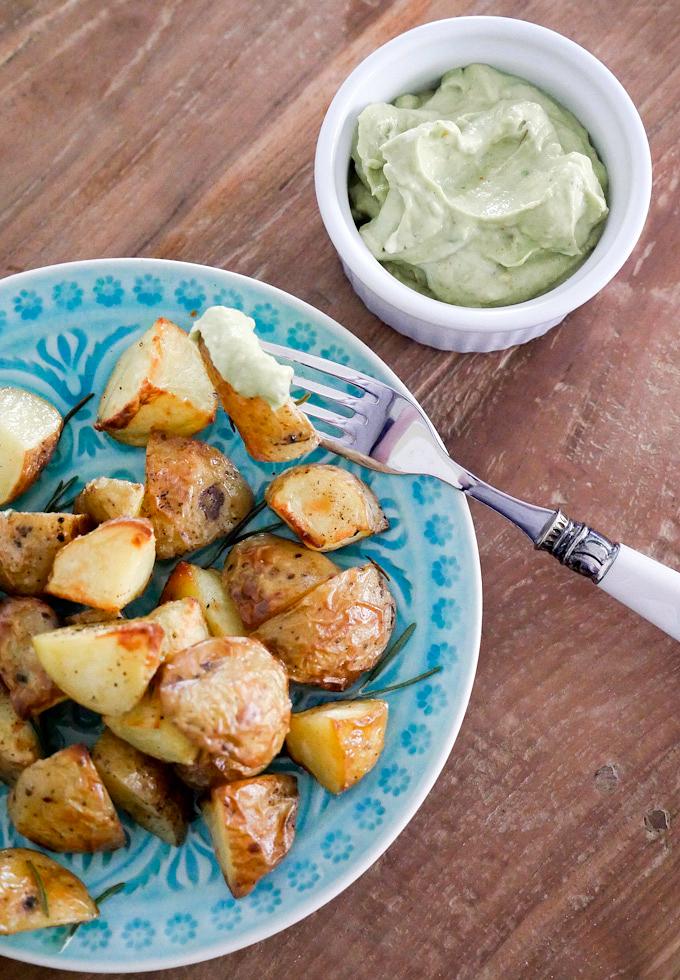 Schnelle Ofenkartoffeln mit Rosmarin und Avocado-Dip