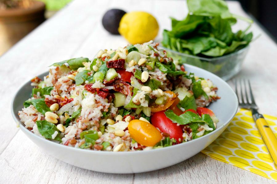 Sommerlicher Reissalat mit Avocado und Babyspinat