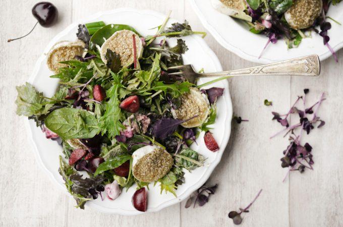 Salat mit Kirschen und Ziegenkäsetalern