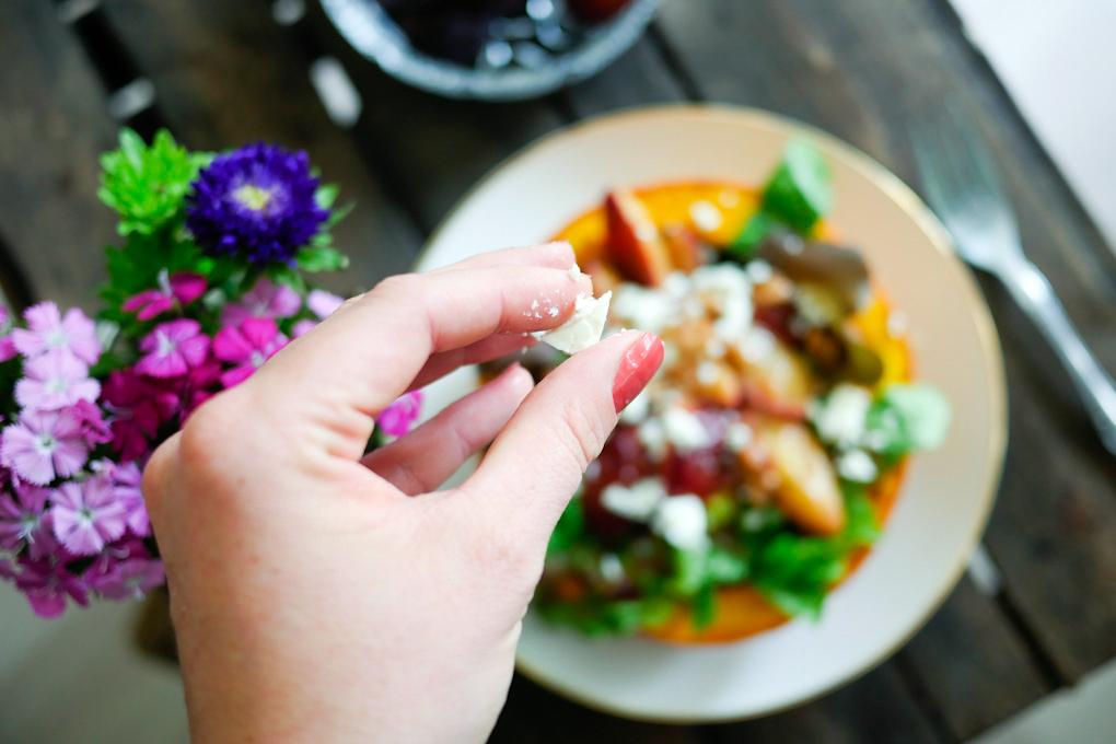 Salat mit karamellisierten Zwetschgen im Kürbis
