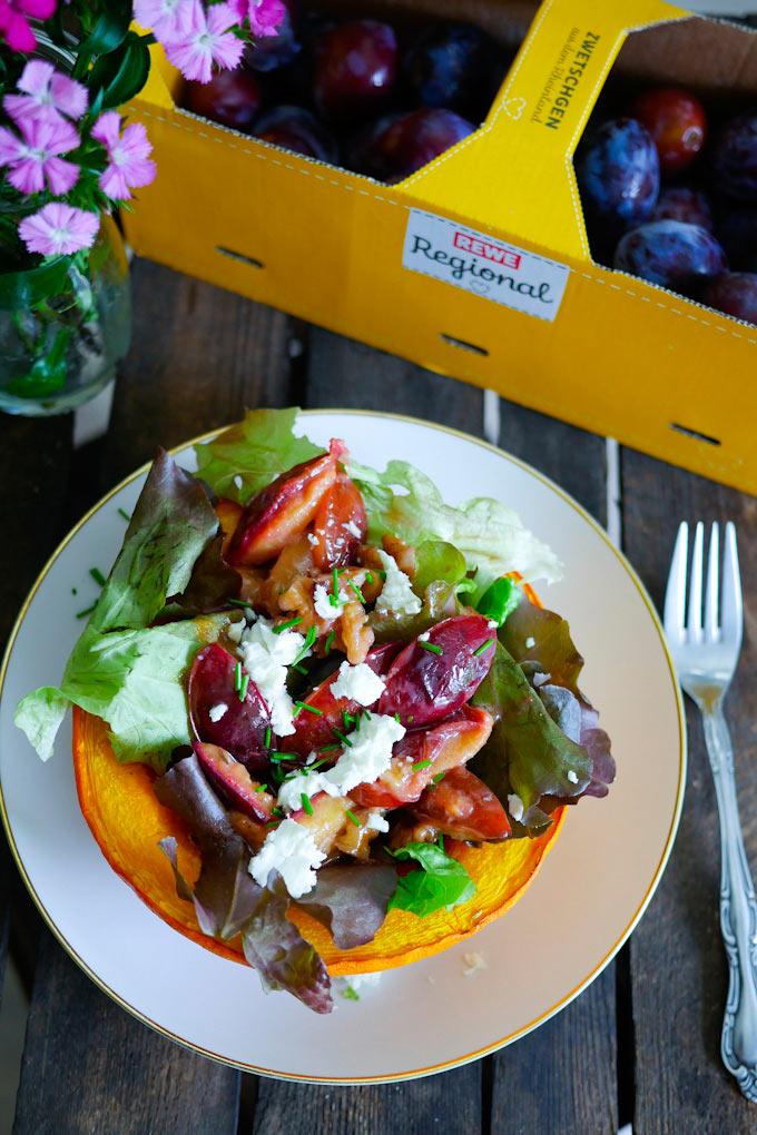 Salat mit karamellisierten Zwetschgen im gebackenen Kürbis