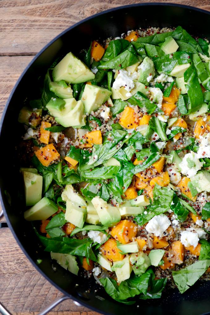 One Pot Quinoa mit Spinat, Avocado und Süßkartoffeln - ein schnelles und gesundes Rezept