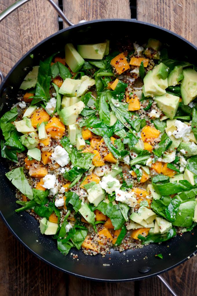 One Pot Quinoa mit Süßkartoffeln, Avocado, Spinat und Feta - ein schnelles Feierabendrezept