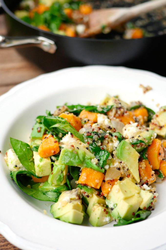 vegetarisches Quinoa mit Süßkartoffeln und Avocado