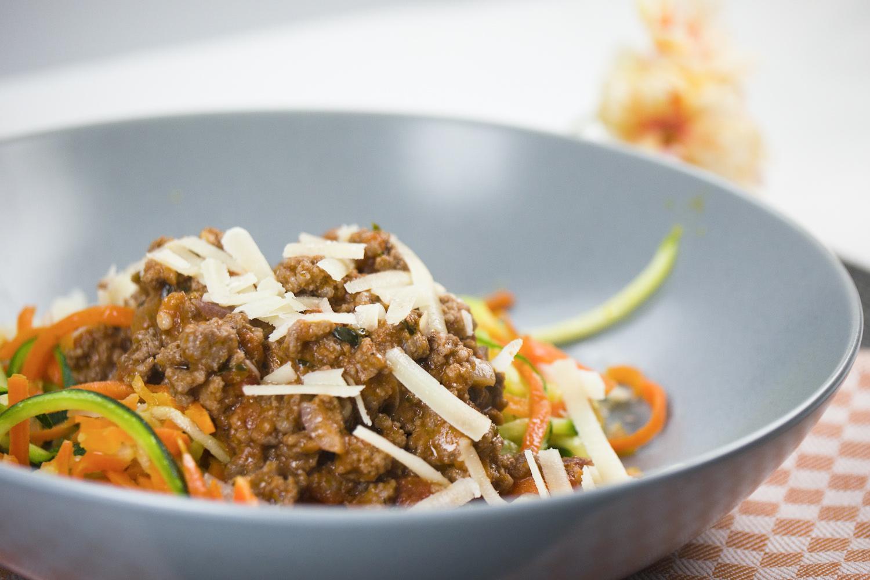 Low Carb Zucchini-und Möhren-Spaghetti mit Bolognesesoße