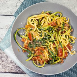 low carb zucchini spaghetti mit frischk se und tomaten. Black Bedroom Furniture Sets. Home Design Ideas