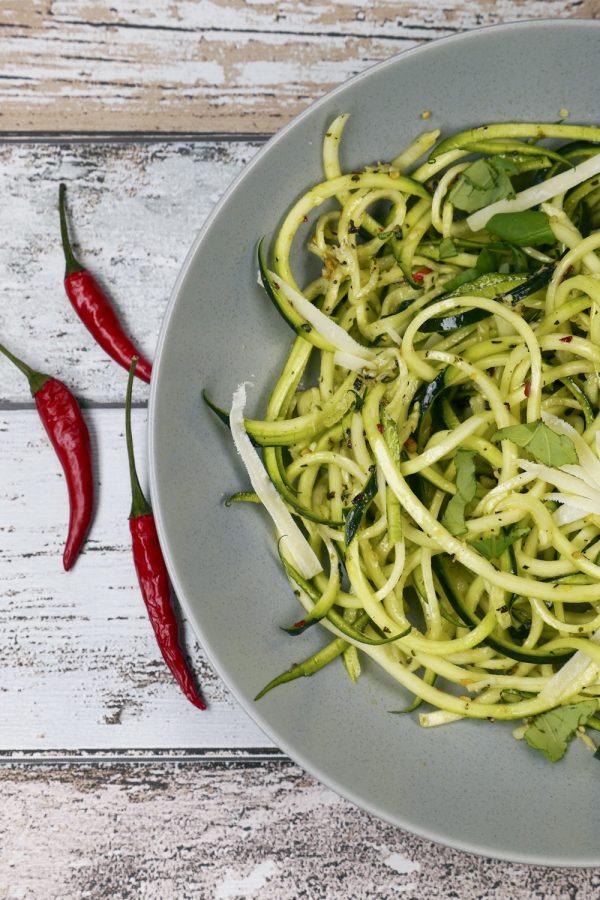 Schnelle Low Carb Zucchininudeln Aglio e Olio - ein Low Carb Feierabendrezept mit nur 6 Zutaten