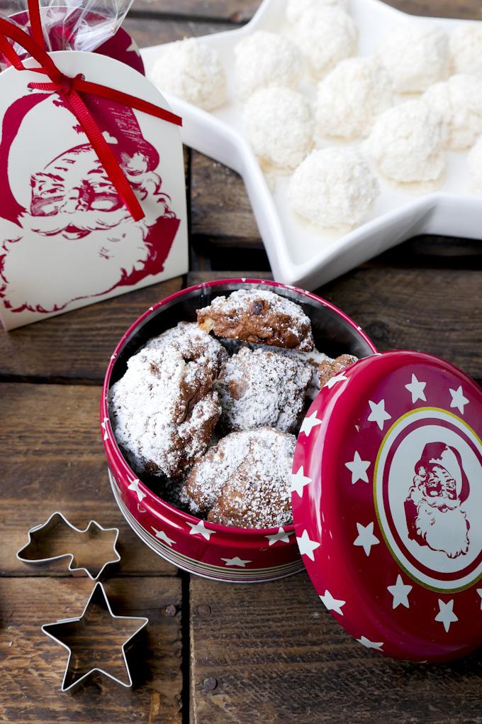 Schokoplätzchen und Kokoseisberge aus der Weihnachtsbäckerei