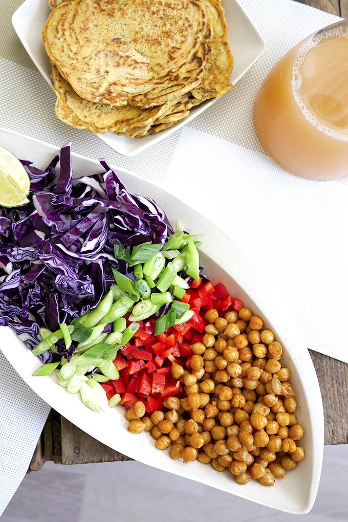 Gesunde Wraps mit Kichererbsen, Rotkraut, Paprika und Frühlingszwiebeln
