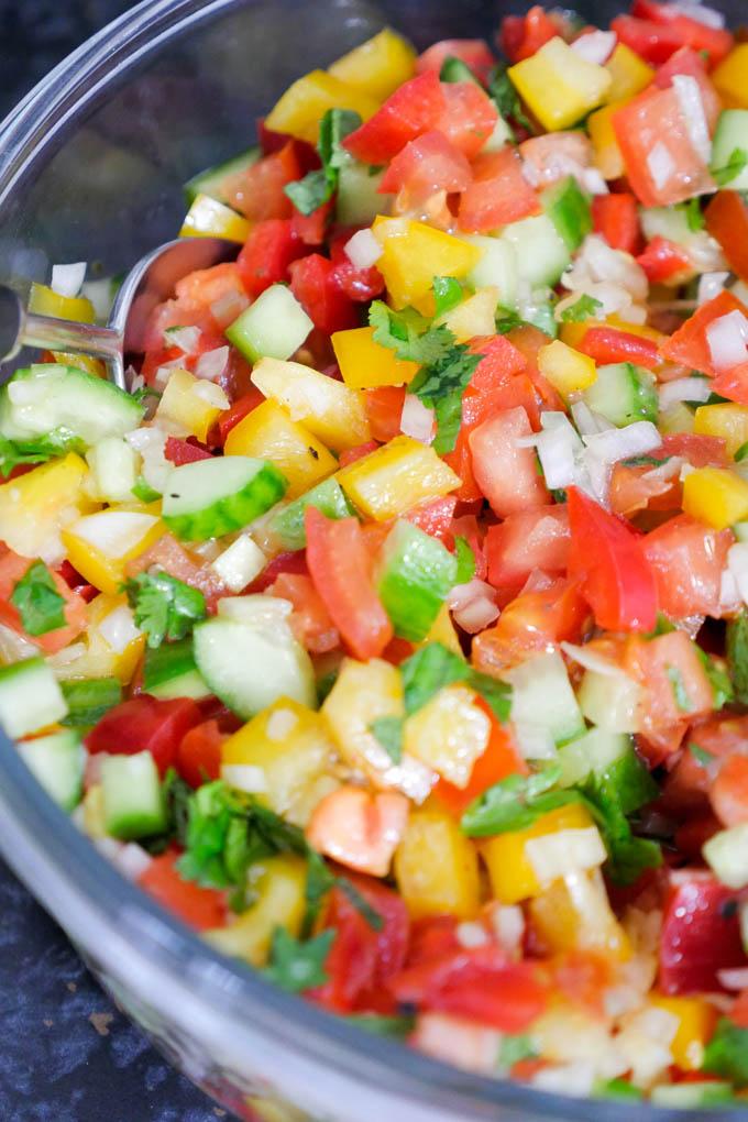 Israelischer Hacksalat mit Paprika, Gurke, Tomaten und Zwiebeln