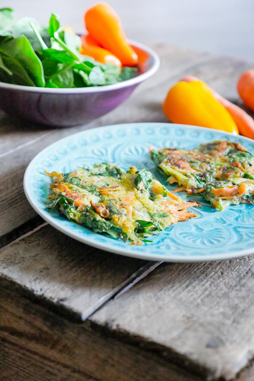Low Carb Abendessen - Zucchinipuffer mit Möhren und Babyspinat