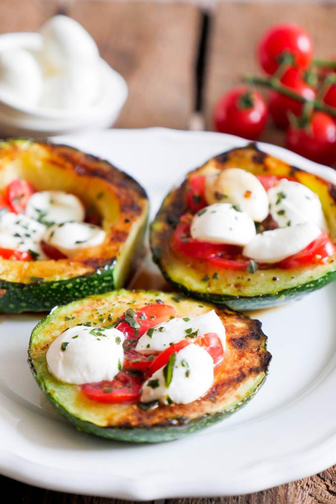 Gegrillte Zucchini mit Tomaten und Mozzarella