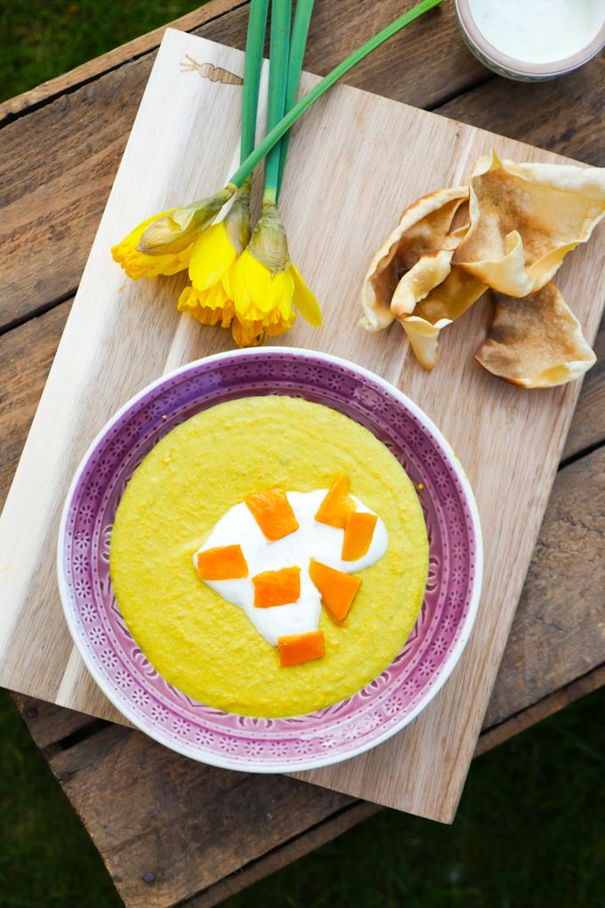 Exotische Mango-Linsensuppe mit Papadam-Chips